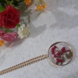 گردنبند شفاف طرح گل خشک طبیعی ریپا با قاب برنجی و زنجیر استیل رنگ ثابت و طول هفتاد سانتی متر