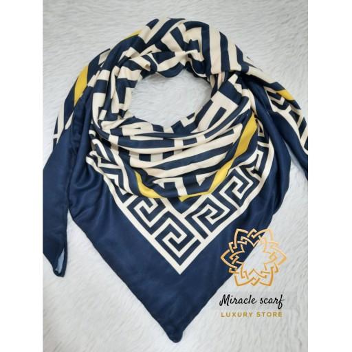 روسری طرح ورساچه زیبا و خاص در دو سایز که به  خاطر پارچه عالی که داره خیلی نرم و لطیفه و چهارفصله که دور دست دوزه- باسلام