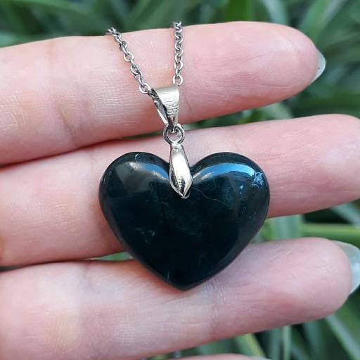 مدال گردنبند قلب از سنگ عقیق سبز خزه ای لجنی خراسان با زنجیر- باسلام