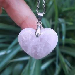 گردنبند قلب از سنگ رز کوارتز (کوارتز صورتی) با زنجیر استیل